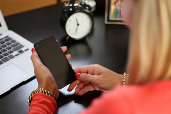 watchfulness-woman-smartphone